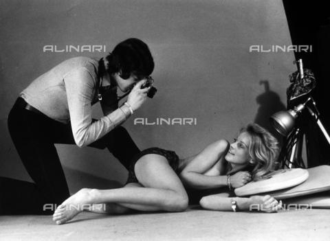 TEA-S-000770-0003 - Fotografo riprende la giovane attrice Yanti Sommer - Data dello scatto: 1970 ca. - Archivi Alinari, Firenze
