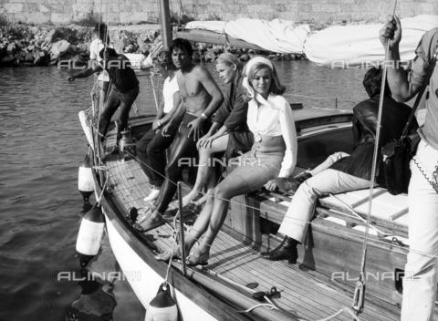 TEA-S-000771-0001 - Gli attori Jean Sorel e Carrol Baker ritratti su una barca a vela. - Data dello scatto: 1965 - 1975 - Archivi Alinari, Firenze
