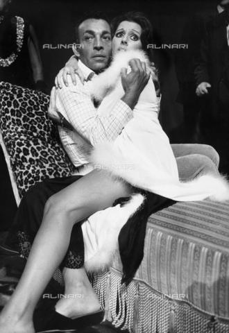 TEA-S-000783-0004 - Gli attori Ivano Staccioli e Franca Parisi ripresi sul set. La scena li ritrae seduti su un sofà mentre si abbracciano, mostrando uno sguardo esterrefatto. - Data dello scatto: 1970 - 1980 - Archivi Alinari, Firenze