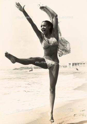 TEA-S-000785-0005 - Samantha Elgar in spiaggia si esibisce in movimenti ginnici. - Data dello scatto: 1970 - 1980 - Archivi Alinari, Firenze