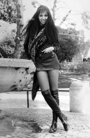 TEA-S-000826-0003 - Isabella Valvert ritratta in piedi appoggiata ad una fontana. - Data dello scatto: 1970-1975 - Archivi Alinari, Firenze