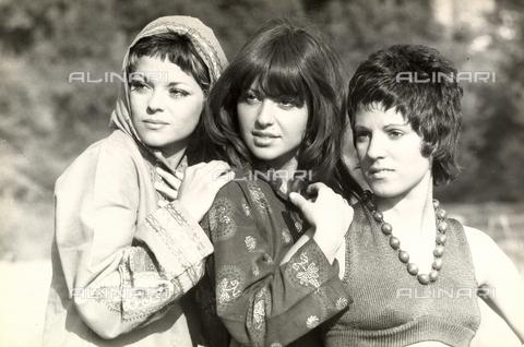 TEA-S-000848-0001 - Le tre componenti del gruppo musicale Voci Blu ritratte a mezzo busto. - Data dello scatto: 1970-1975 - Archivi Alinari, Firenze