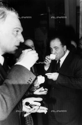 TEA-S-000869-0003 - Marco Pannella e Valerio Zanone sorseggiano un caffè, in piedi, insieme ad altre persone - Data dello scatto: 1970-1980 - Archivi Alinari, Firenze