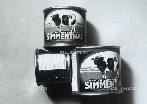TEA-S-000881-0006 - L'immagine mostra tre scatolette di carne, che pubblicizzano la marca Simmenthal - Data dello scatto: 1970 -1980 - Archivi Alinari, Firenze