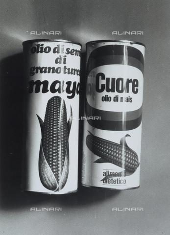 TEA-S-000882-0016 - L'immagine mostra la pubblicità di due lattine di olio di semi di granoturco e mais, marca Maja e Cuore - Data dello scatto: 1970 -1980 - Archivi Alinari, Firenze