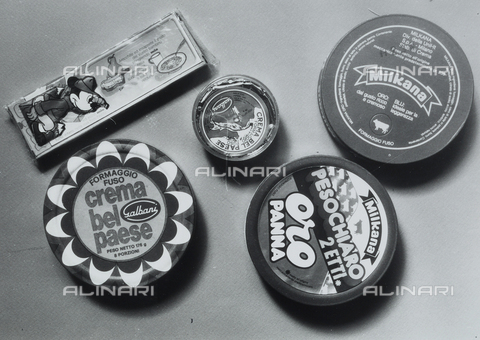 TEA-S-000882-0017 - L'immagine mostra alcune confezioni di formaggini; tra le marche più note si legge: MILKANA, GALBANI, BEL PAESE - Data dello scatto: 1970 -1980 - Archivi Alinari, Firenze