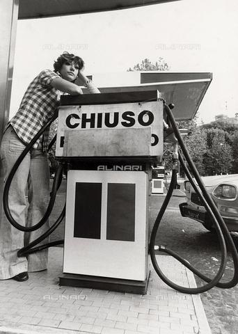 TEA-S-000892-0001 - Austerity. Benzinaio chiuso per la crisi petrolifera degli anni Settanta - Data dello scatto: 1970-1979 - Archivi Alinari, Firenze