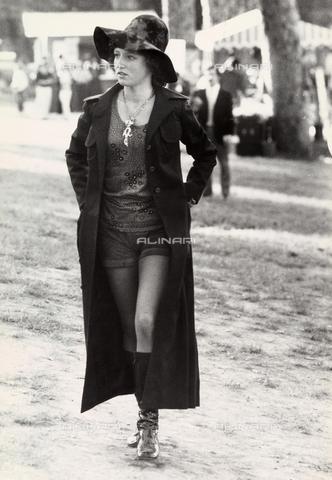 TEA-S-000938-0001 - Ritratto di giovane donna che passeggia. - Data dello scatto: 1970 - 1980 - Archivi Alinari, Firenze