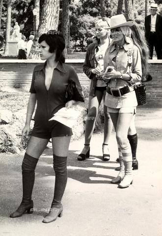 TEA-S-000938-0004 - Tre donne sono ritratte in un parco - Data dello scatto: 1970 - 1980 - Archivi Alinari, Firenze