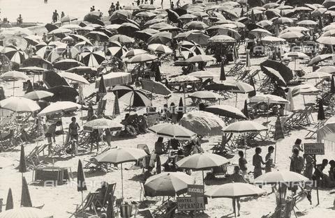 TEA-S-000938-0016 - Veduta di una spiaggia affollata di ombrelloni - Data dello scatto: 1970 - 1980 - Archivi Alinari, Firenze