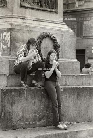 TEA-S-000952-0002 - Coppia di ragazzi mangia un panino davanti ad un monumento - Data dello scatto: 1970-1979 - Archivi Alinari, Firenze