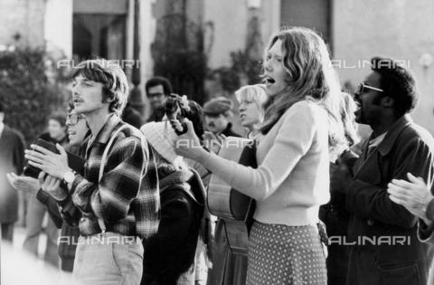 TEA-S-000952-0004 - Gruppo di giovani canta in una piazza - Data dello scatto: 1970-1979 - Archivi Alinari, Firenze