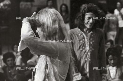 TEA-S-000953-0004 - Ragazza ad un raduno di hippie - Data dello scatto: 1970-1979 - Archivi Alinari, Firenze