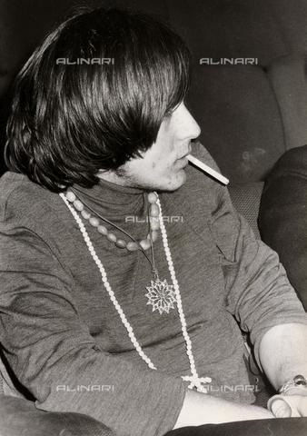 TEA-S-000953-0006 - Giovane con i capelli lunghi mentre fuma una sigaretta - Data dello scatto: 1970-1979 - Archivi Alinari, Firenze