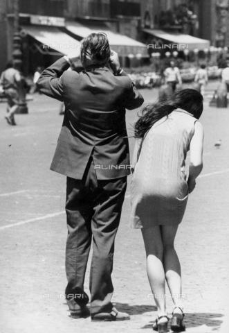 TEA-S-000953-0007 - Giovane coppia in piazza Navona - Data dello scatto: 1970-1979 - Archivi Alinari, Firenze