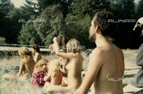 TEA-S-000956-0006 - Gruppo di nudisti - Data dello scatto: 1965 ca. - Archivi Alinari, Firenze