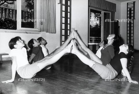 TEA-S-000971-0005 - Bambine in una palestra eseguono un esercizio ginnico