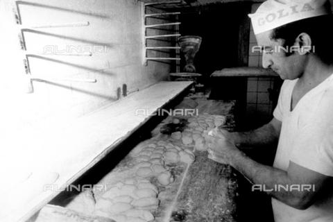 TEA-S-001032-0003 - Ritratto di un fornaio occupato nella preparazione di numerosi panini - Data dello scatto: 1975 ca. - Archivi Alinari, Firenze