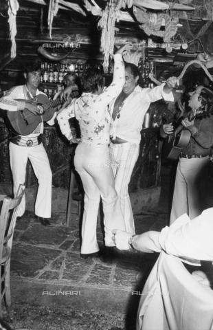 TEA-S-001057-0003 - Coppia balla durante una festa al night-club 'Number One' di Roma - Data dello scatto: 1970-1979 - Archivi Alinari, Firenze