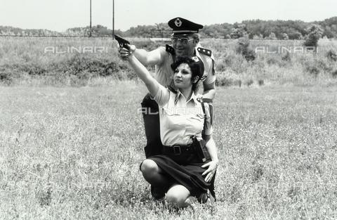 TEA-S-001088-0005 - Donna poliziotto durante un'esercitazione - Data dello scatto: 1975 ca. - Archivi Alinari, Firenze