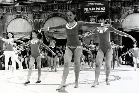 TEA-S-001112-0015 - Saggio di ginnastica eseguito da alcune bambine durante i Giochi della Gioventù di Bologna