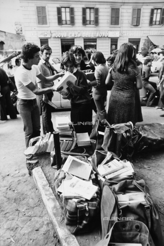 TEA-S-001117-0003 - Studenti mentre vendono libri in piazza - Data dello scatto: 1970-1980 ca. - Archivi Alinari, Firenze