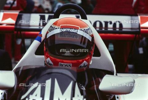 TEA-S-164049-A024 - Il pilota automobilistico austriaco Niki Lauda a bordo di una vettura di Formula 1 Mc Laren