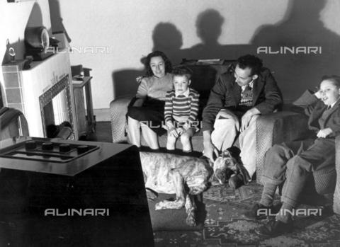 TOP-F-005354-0000 - Una famiglia che guarda la televisione negli anni '50, Generale, Televisione - Data dello scatto: 1950 - 2005 / TopFoto / Archivi Alinari