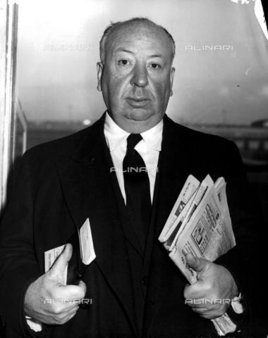 TOP-F-006728-0000 - Film director and film producer Alfred Hitchcock (1899-1980) at London airport - Data dello scatto: 13/03/1958 - TopFoto / Alinari Archives