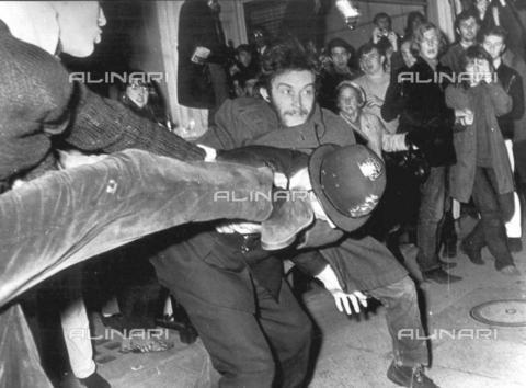 TOP-F-007502-0000 - Protesta contro la Guerra del Vietnam a Grosvenor Square. 27 ottobre 1968, Generale, Grosvenor Square - Data dello scatto: 27/10/1968 - 1999 / TopFoto / Archivi Alinari