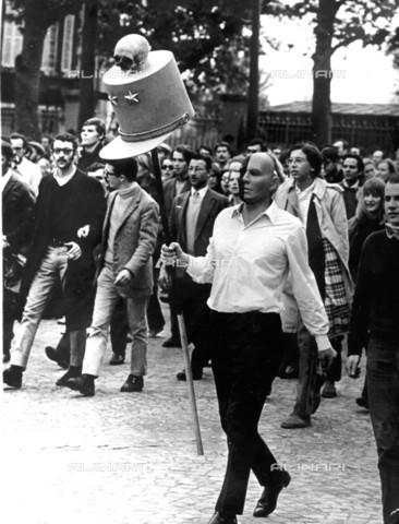 TOP-F-008323-0000 - Un dimostrante, intento ad esprimere senso di protesta nei confronti di Charles de Gaulle, durante una marcia a Parigi, 25 Maggio 1968 - Data dello scatto: 25 Maggio 1968 - 1999 / TopFoto / Archivi Alinari