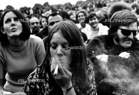 TOP-F-009064-0000 - Manifestazione per la legalizzazione della marijuana a Hyde Park, Londra 1968 - Data dello scatto: 1968 - 2001 / TopFoto / Archivi Alinari