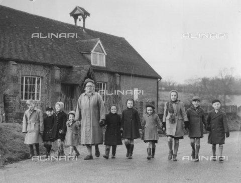 TOP-F-011423-0000 - Bambini che tornano a casa dalla scuola di Stansted, Kent. 17 gennaio 1952, Generale - Data dello scatto: 17/01/1952 - 2005 / TopFoto / Archivi Alinari
