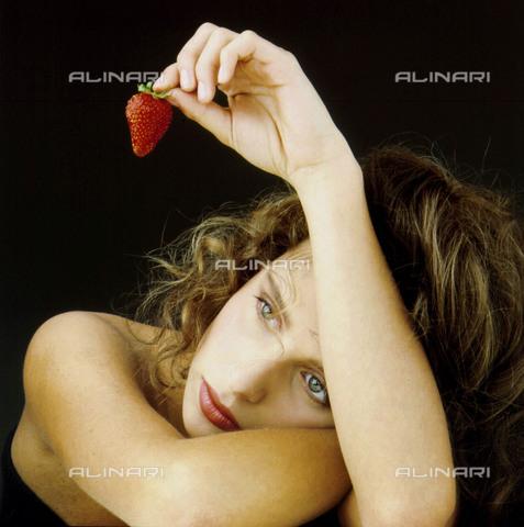TOP-F-015391-0000 - Donna che tiene in mano una fragola. Generale - 2005 / TopFoto / Archivi Alinari