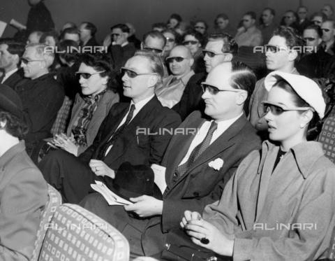TOP-F-016438-0000 - Festival of British Telecinema. Con film a tre dimensioni e sonorizzazione stereofonica. Raffigurati: spettatori portano occhiali speciali per guardare il film. 30 aprile 1951, Generale, pubblico al cinema - Data dello scatto: 30/04/1951 - 2005 / TopFoto / Archivi Alinari