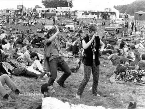 """TOP-F-016718-0000 - Woburn Abbey. 27 agosto 1967. I balli dei """"figli dei fiori"""", presentati da due hippy, con il fragore delle campane, dei braccialetti e delle perline, al Festival dei Figli dei Fiori, un """"love in"""" di tre giorni a Woburn Abbey, Generale, Figli dei Fiori - Data dello scatto: 27/08/1967 - 2005 / TopFoto / Archivi Alinari"""