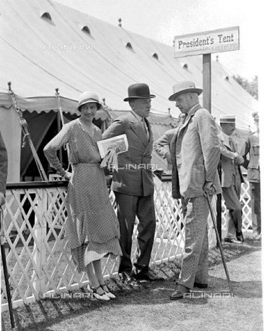 """TOP-F-016834-0000 - L'Onorevole Signora Lancelot Lowther, Signor W.J. Smith e l'Onorevole Lancelot Lowther al Richmond Horse Show. 1933, Personalità, """"Between the Wars"""" (""""tra le guerre"""") - Data dello scatto: 1933 - 2005 / TopFoto / Archivi Alinari"""
