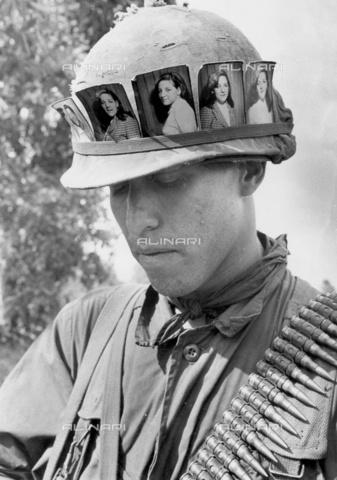 """TOP-F-016954-0000 - Soldato americano con un ricordo della ragazza lasciata a casa durante l'operazione """"Totale Victory"""" (""""vittoria totale""""). Cu Chi, Vietnam - 1 maggio 1968, Guerra, la Guerra del Vietnam - Data dello scatto: 01/05/1968 - 2005 / TopFoto / Archivi Alinari"""