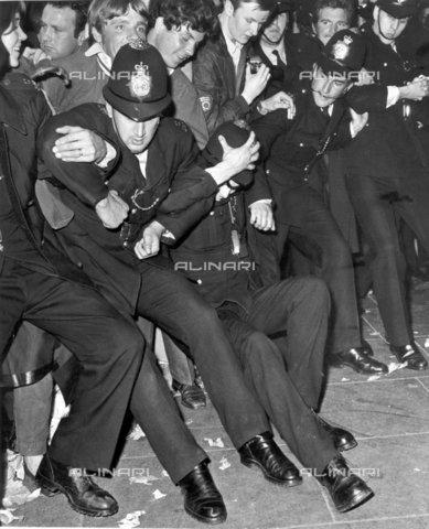 TOP-F-017580-0000 - Ressa di 5000 persone in Piccadilly Circus per la prima di Yellow Submarine dei Beatles. Raffigurato: la polizia reprime gli ammiratori entusiasti che hanno fermato il traffico. 18 luglio 1968, Pop - Data dello scatto: 18/07/1968 - 2005 / TopFoto / Archivi Alinari