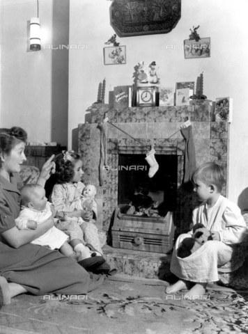 TOP-F-022481-0000 - Si appendono le calze sul camino la vigilia di Natale. 24 Dicembre 1952, Generale, Calze di Natale - Data dello scatto: 24/12/1952 - 2005 / TopFoto / Archivi Alinari