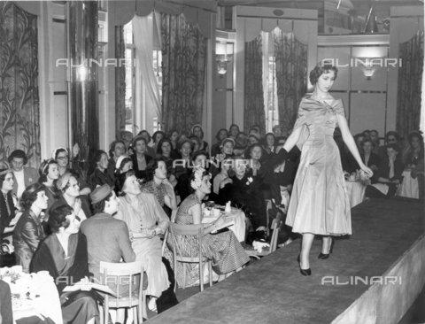 TOP-F-022620-0000 - Comitato per il Berkeley Dress Show (sfilata per debuttanti), Christian Dior, 5 Maggio 1953, Personalità - Data dello scatto: 05/05/1953 - 2005 / TopFoto / Archivi Alinari