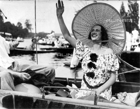 TOP-F-022734-0000 - Cappelli alla moda, Henley Royal Regatta (regata di Henley), 3 Luglio 1937. Tra le due guerre. - Data dello scatto: 03/07/1937 - 2005 / TopFoto / Archivi Alinari