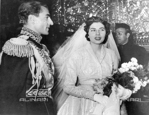TOP-F-023400-0000 - Lo scià di Persia e la sua sposa, Soraya Esfandayiari, dopo la cerimonia di nozze nel palazzo di marmo a Teheran. Soraya indossò un abito color argento e blu ghiaccio, scintillante di 6000 diamanti e del valore di 1 500 000. 14 Febbraio 1951, Reali - Data dello scatto: 14/02/1951 - 2005 / TopFoto / Archivi Alinari