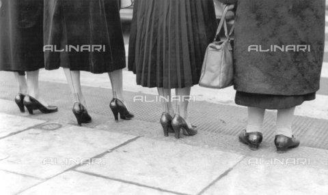 TOP-F-024500-0000 - Il West End di Londra è pieno di contrasti, netti come le strisce di una zebra. Gambe giovani dominano Regent Street: per quelle vecchie è sempre un passaggio faticoso. 1953, Generale, Piedi - Data dello scatto: 1953 - 2005 / TopFoto / Archivi Alinari