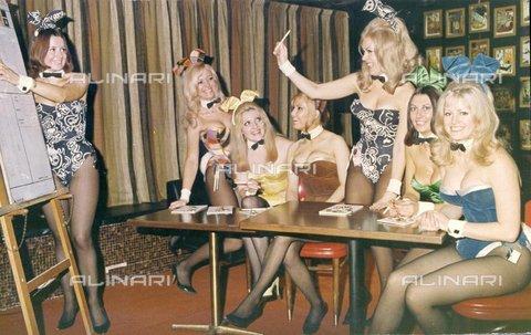 """TOP-F-025276-0000 - Le """"conigliette"""" di Playboy imparano la decimalizzazione nel Playboy Club di Londra in Park Lane. Il sistema di contabilità decimale ebbe luogo il 15 Febbraio 1971, questa foto fu scattata due settimane prima il 1 Febbraio 1971, Generale, Playboy Club - Data dello scatto: 01/02/1971 - 2005 / TopFoto / Archivi Alinari"""