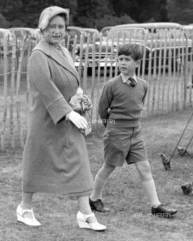 TOP-F-028314-0000 - La regina madre con il principe Carlo mentre vanno a vedere il duca di Edimburgo che gioca a polo. Smith's Lawn, Windsor Great Park - 10 Giugno 1957, Reali, Regina madre - Data dello scatto: 10/06/1957 - 2005 / TopFoto / Archivi Alinari