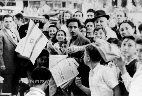 TOP-F-031404-0000 - Folla per le strade di Tel Aviv, poco dopo la proclamazione d'indipendenza dello Stato ebraico di Israele (14 maggio 1948), 20 maggio 1948 - Data dello scatto: 20 Maggio 1948 - 2000 / TopFoto / Archivi Alinari