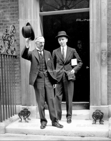 TOP-F-037009-0000 - Neville Chamberlain with his Private Secretary of the Parliament, Lord Dunglass (Alec Douglas-Home), in front of the number 10 of the House of Commons in London after the proclamation of the First World War - 2001 / TopFoto / Alinari Archives