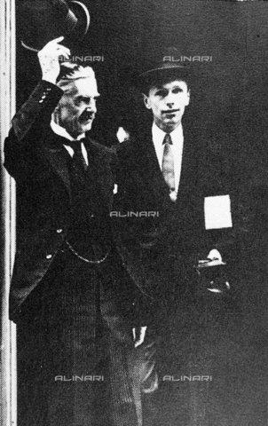 TOP-F-037429-0000 - Neville Chamberlain con il suo Segretario Privato del Parlamento, Lord Dunglass (Alec Douglas-Home), davanti al numero 10 della Camera dei Comuni a Londra dopo la proclamazione della Prima Guerra Mondiale - Data dello scatto: 1914 - 2000 / TopFoto / Archivi Alinari
