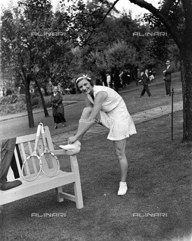 TOP-F-037982-0000 - La Sig.ra Fearnley Whittingstall sfoggia la sua nuova tenuta sportiva all'incontro di tennis da Lady Crosfield a Highgate, 1933, Tra le due guerre, Sig.ra Fearnley Whittingstall - Data dello scatto: 1933 - 2005 / TopFoto / Archivi Alinari